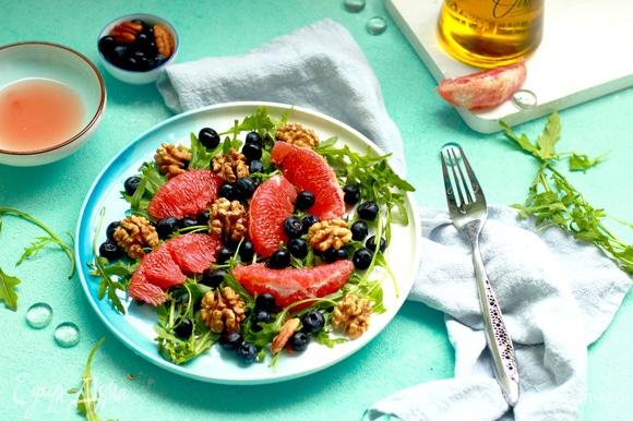 Заправьте салат соусом из оливкового масла и сока грейпфрута и посолите по необходимости.