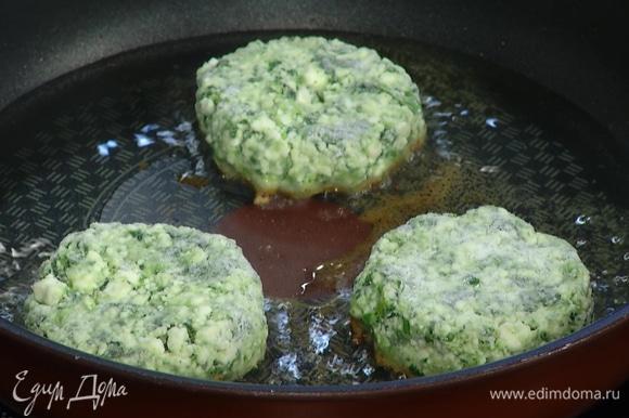 Разогреть в сковороде растительное масло и обжаривать сырники с двух сторон до появления золотистой корочки.