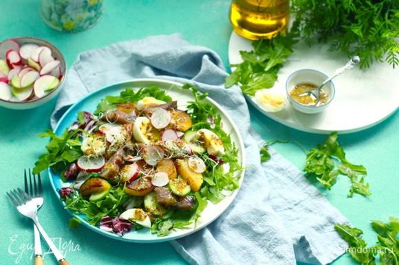 Соединяем ингредиенты для заправки, поливаем салат сверху и украшаем микрозеленью.