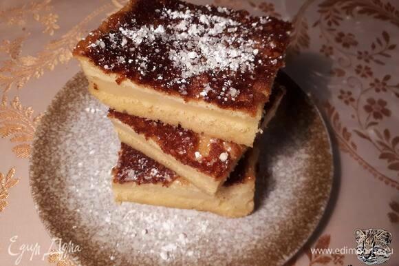 Положите все ингредиенты в блендер (кроме сахарной пудры) и взбейте до однородного состояния. Смажьте форму сливочным маслом, влейте тесто и поставьте в разогретую до 170°C духовку на 1 час 15 минут.