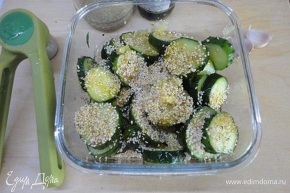 Семена кунжута обжарить, помешивая, на сухой сковороде и добавить к огурцам.