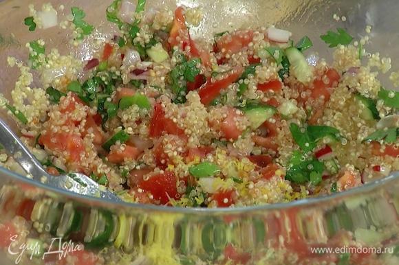 Петрушку и листья мяты измельчить и выложить к овощам, добавить киноа, сок и цедру лимона, все посолить и перемешать.