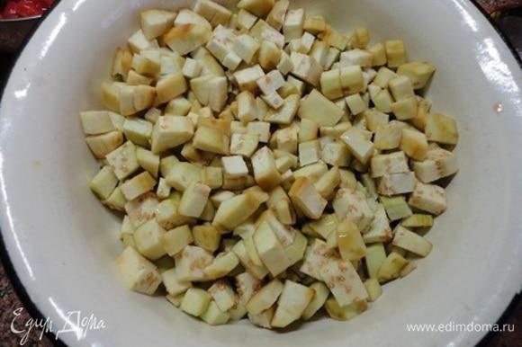 Баклажаны очистить от кожицы и нарезать кубиками. Посолить и оставить на 15–20 минут. Затем сполоснуть водой и отжать. Обжарить на горячем растительном масле до золотистой корочки.