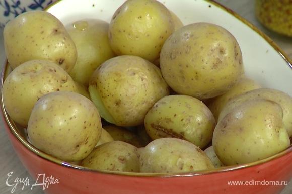 Картофель отварить в мундире.