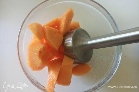 Дыню очистить, нарезать небольшими кусочками и измельчить до состояния пюре с помощью блендера.