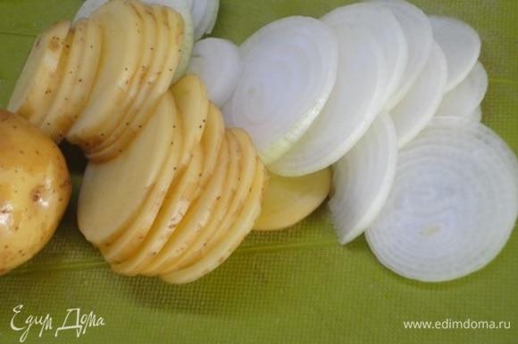 Молодой картофель просто моем и вместе с луком нарезаем так же тоненько.