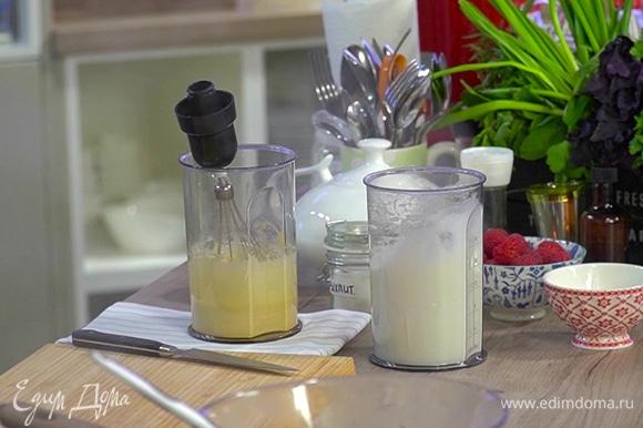 Белки в отдельной посуде взбить в плотную пену.