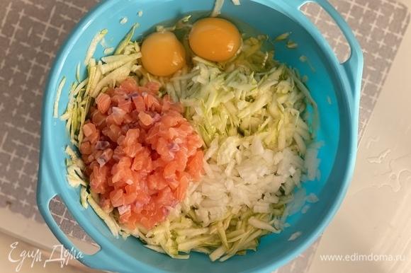 Кабачки натереть на крупной терке. Если они слишком сочные, отжать массу. Добавить яйца, мелко нарезанный лук, чеснок, черный перец, соль и нарезанную мелким кубиком красную рыбу.