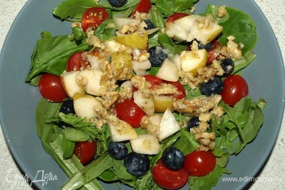Грушу очистить от плодоножки и семечек, нарезать кубиками. Оставить несколько ломтиков для украшения. Добавляем грушу в салат, сверху поливаем соусом. Добавить соль и перец по вкусу.