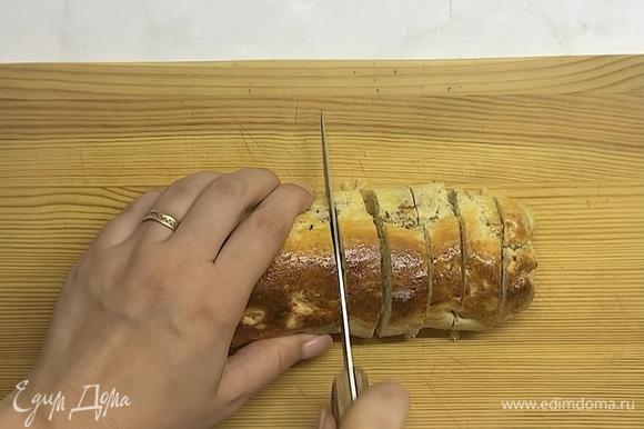 Даем немного остыть и нарезаем печенье толщиной 1 см.