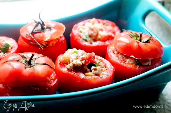 Ставим заготовки из помидоров в форму для запекания.
