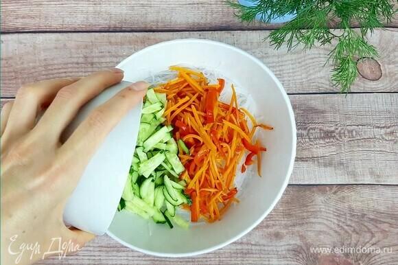 Фунчозу нарезать произвольно (я это делаю с помощью кухонных ножниц). Добавить обжаренные овощи и нарезанный соломкой небольшой огурец.