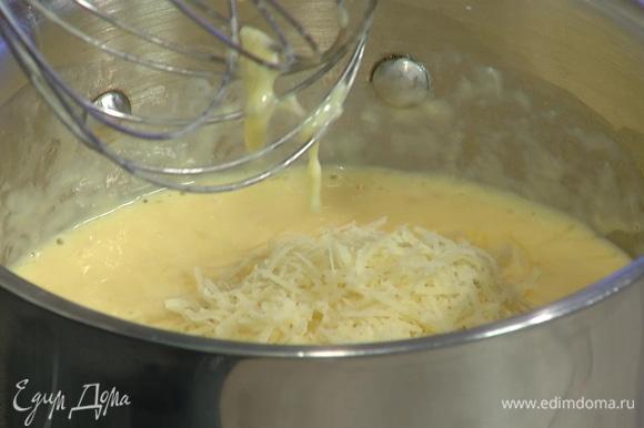 Продолжая взбивать, ввести сливки и 50 г натертого пармезана, довести яйца до готовности, посолить и снять с огня.