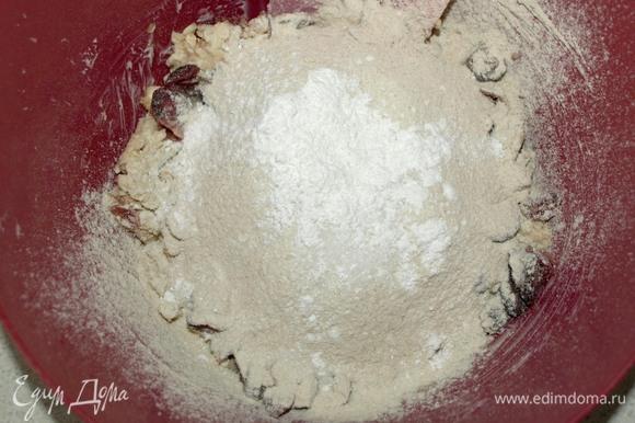 Добавить просеянную спельтовую муку, разрыхлитель и ванильный сахар.