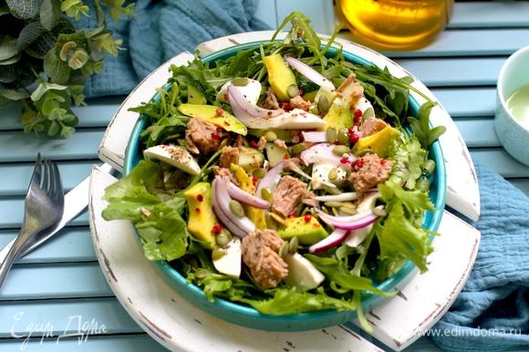 Сбрызните салат оливковым маслом, приправьте солью и свежемолотым перцем. По желанию можно посыпать рубленым чесноком, семечками тыквы, рубленой зеленью.