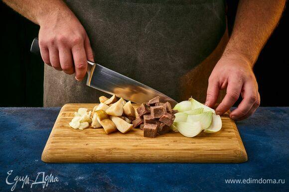 Сваренный говяжий язык, грибы и лук крупно нарежьте.