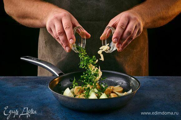 Обжарьте грибы и лук на сливочном масле, добавьте рубленую петрушку и чеснок.