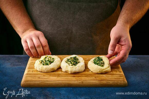 Сформируйте из картофельного теста небольшие лепешки. На середину выложите начинку. Соедините края.