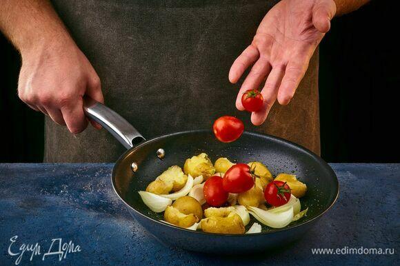 Картофель с луком слегка обжарьте на сковороде. Добавьте помидоры черри.