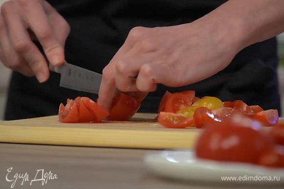 Свежие и вяленые помидоры нарезать небольшими дольками и отправить к луку с чесноком.