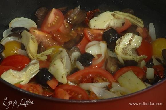 Маслины нарезать, вместе с артишоками добавить в сковороду, все перемешать и обжарить.