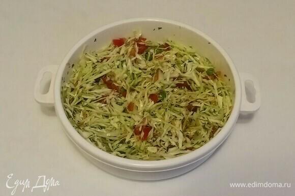 Затем нужно добавить оливковое масло и соль. Перемешать все вместе и поставить на 20 минут в холодильник. Салат готов. Приятного аппетита!