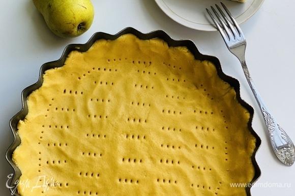 Распределить тесто по форме (20 см), наколоть вилкой, выложить грушу, залить заливкой (для которой смешать яйца с молоком) и покрошить сверху сыр.