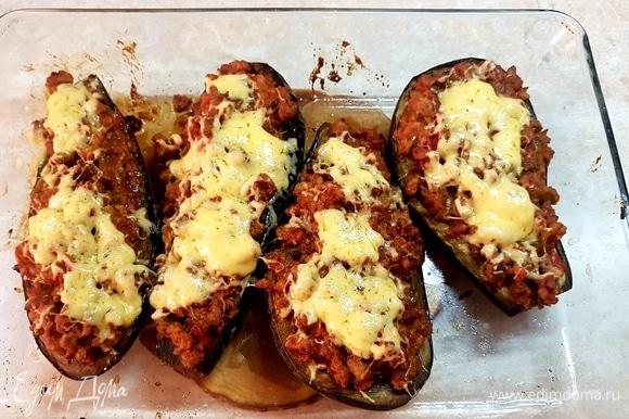 Сыр натереть на мелкой терке, посыпать баклажаны и поставить в духовку, чтобы он расплавился.