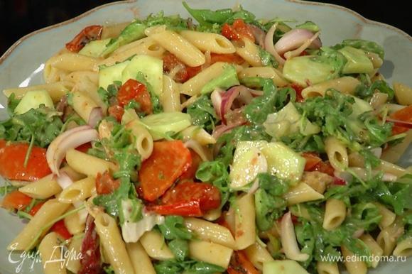 К огурцам с салатом добавить разделенное на кусочки филе макрели, макароны с овощами, все перемешать и подавать на большой тарелке.