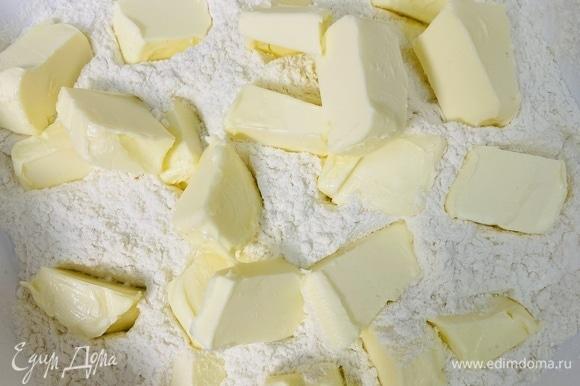 Сахар смешать с мукой. Добавить нарезанное холодное сливочное масло.