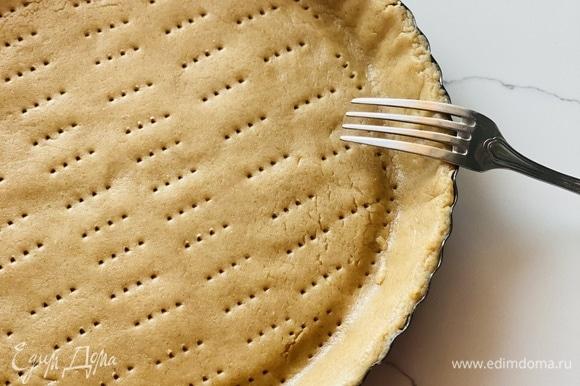 По истечении этого времени тесто раскатать под форму (26 см), переложить его и наколоть вилкой. В таком виде убрать на 15 мин. в морозилку.