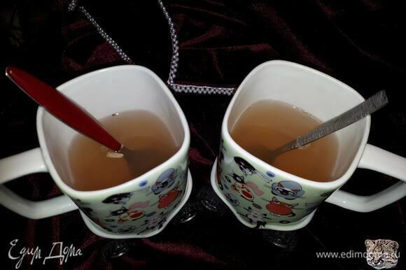 Разлейте по чашкам, процедив через сито. Добавьте мед и лимонный сок по вкусу.