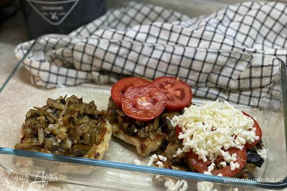 В форму для запекания положите мясо, на него выложите грибы, помидоры и сыр.