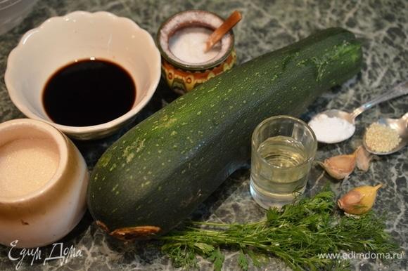 Приготовьте все необходимые продукты. Кабачки по возможности берите молоденькие: с тонкой шкуркой и практически без семечек. Масло подойдет любое растительное, а свежий чеснок вполне можно заменить сушеным.