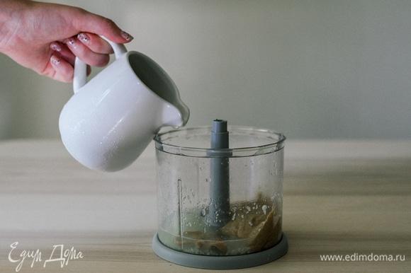 Тахини соединить с чесноком и лимонным соком, перемолоть, постепенно подливая 2–4 ст. л. ледяной воды.