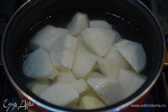 Залейте водой, посолите, доведите до кипения и варите на небольшом огне около 25 минут до мягкости картофеля.