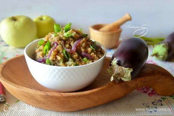 Салат настоялся, можно подавать. Он прекрасно сочетается с блюдами из мяса и рыбы. Очень вам рекомендую!