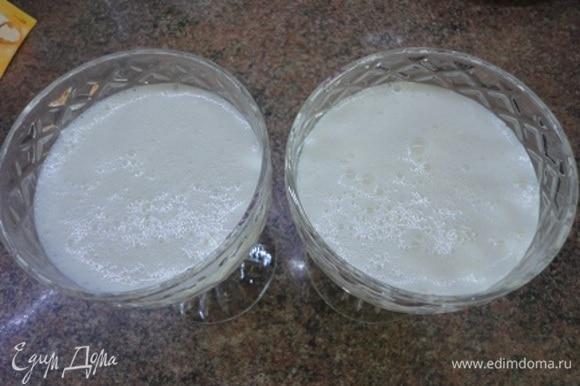 Вливаем горячий агар в миску со сливками небольшими порциями, тщательно перемешивая миксером. Сразу же разливаем по формам, наполняя их на 2/3, ставим в холодильник.