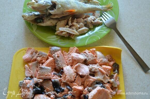 Пока варятся овощи и пшено, разберите рыбу, удалите кости. Если у вас мелкая речная рыба, ее можно выбросить, она и так обогатила бульон своим вкусом. С крупной речной рыбкой советую повозиться, аккуратно удалив все крупные и мелкие косточки. Форель так же разберите, нарежьте кусочками. За 5 мин до готовности овощей и пшена переложите рыбу в кастрюлю и проварите. В конце варки некоторые кулинары добавляют 1–2 ст. л. водки, но я этого не делаю, уха и без водки получается невероятно яркой и вкусной.