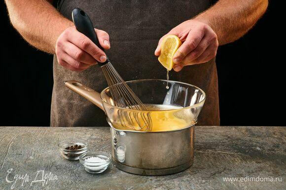 Добавьте соль, перец и сок лимона. Соус готов. Петрушку мелко порубите и смешайте с соусом.
