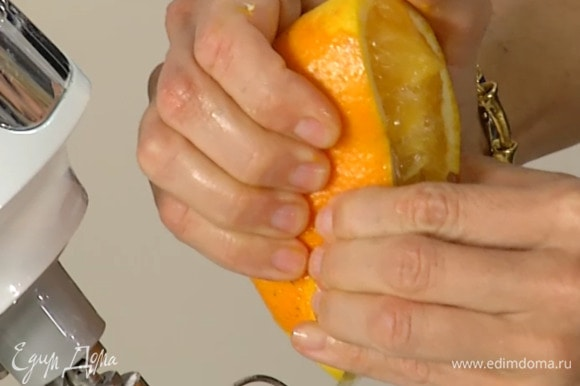 Цедру апельсина натереть на мелкой терке, выжать сок и добавить все в тесто.