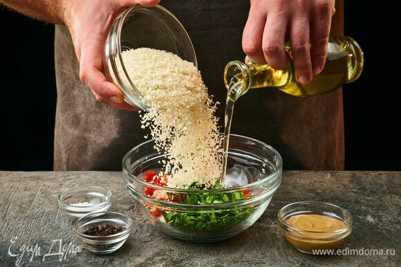 Смешайте все в большой миске с панировочными сухарями, горчицей. Влейте 60 мл оливкового масла, посолите и поперчите.
