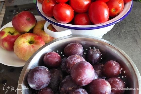 Из указанного количества ингредиентов получается около 1,8 л кетчупа, зависит о густоты. Помидоры и фрукты хорошо моем.