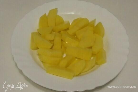 Положить картошку в глубокую тарелку, посолить. Перемешать.