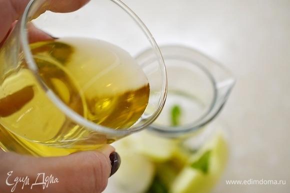 Все нарезанное положите в графин, влейте яблочный сок, добавьте корицу.