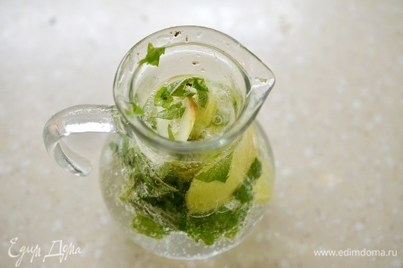 Влейте воду и дайте настояться напитку 1–2 часа.