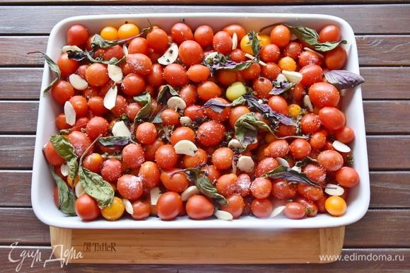 Помидорки мою, сушу, выложив на бумажное полотенце. В подготовленную огнеупорную форму выкладываю томаты. Добавляю нарезанный пластинками чеснок, листья базилика, туда же отправляю стебли. Солю и посыпаю сахаром. Вливаю оливковое масло. Перемешиваю аккуратно, стараясь не повредить целостность.