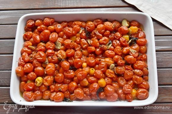 Ставлю форму с помидорами в разогретую до 90°C духовку. Через час томления помидоры слегка нагрелись и совсем не поменяли форму. Через два часа по кухне пошел чудесный аромат, и помидорки начали становиться мягкими. Аккуратно перемешала и продолжила томление. Через три часа томаты полностью прогрелись и начали выделять сок. В итоге на их приготовление ушло 3,5 часа.