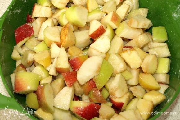 Пока запекается тесто, подготовим начинку. У яблок удаляем середину и нарезаем крупными кусочкам. Добавляем ваниль, сахар, щепотку соли и кукурузный крахмал. Все хорошо перемешиваем.