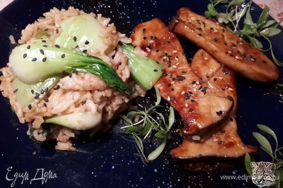 Подавайте с рисом, овощами и кунжутными семечками. Можно подавать и отдельно как закуску.